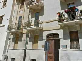 Madonnella, in stabile d'epoca, libero signorile ristrutturato, salone 2 camere cucina tripli servizi Termoautonomo Ascensore Cortile privato Cantina
