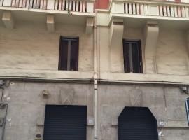 prestigioso locale due vetrine servizio e cortile a madonnella